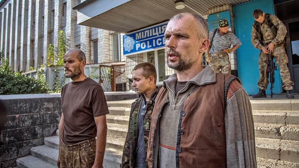 Через Старобешево каждый день продолжают выходить из окружения украинские военные (на фото), которых ловят и берут в плен