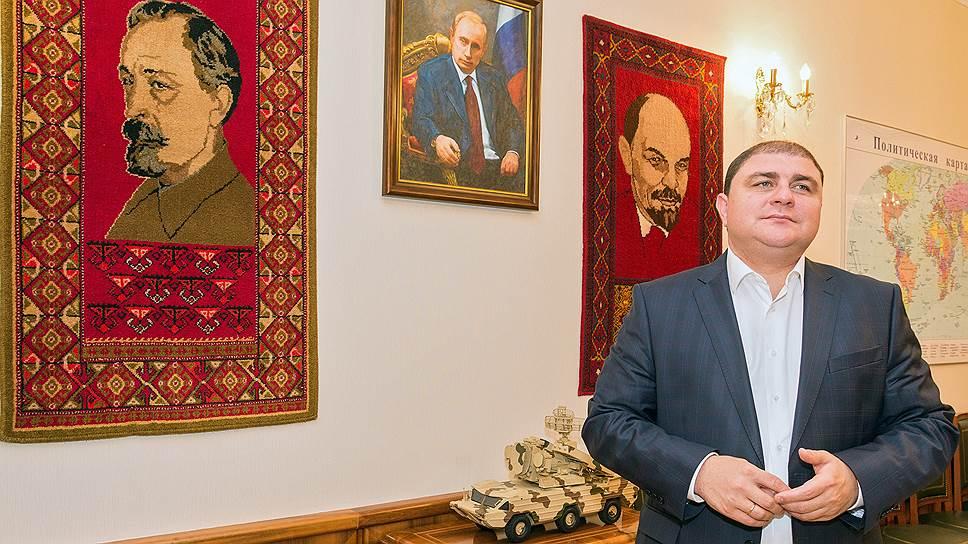 Вадим Потомский говорит, что Владимир Путин с портрета смотрит на него, а Ленин и Дзержинский — на посетителей