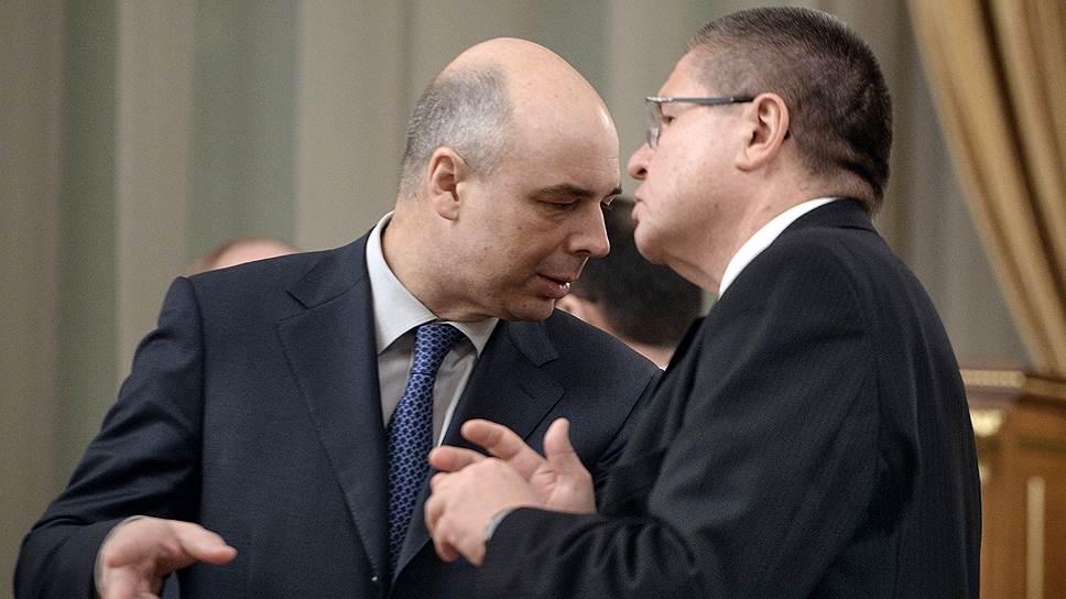 Министры финансов Антон Силуанов (слева) и экономики Алексей Улюкаев договорились, что бюджет на 2015–2017 годы будет умеренно оптимистичным несмотря на санкции и стагнацию