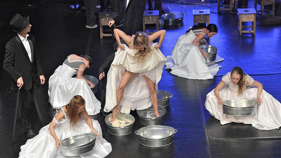 В «Сказке» принесены в жертву и танцы, играющие тут служебную роль, и актеры, исполняющие функции живых марионеток