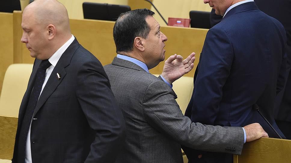 Председатель комитета Государственной думы по бюджету и налогам Андрей Макаров (в центре) и заместитель председателя Государственной думы России Игорь Лебедев (справа)