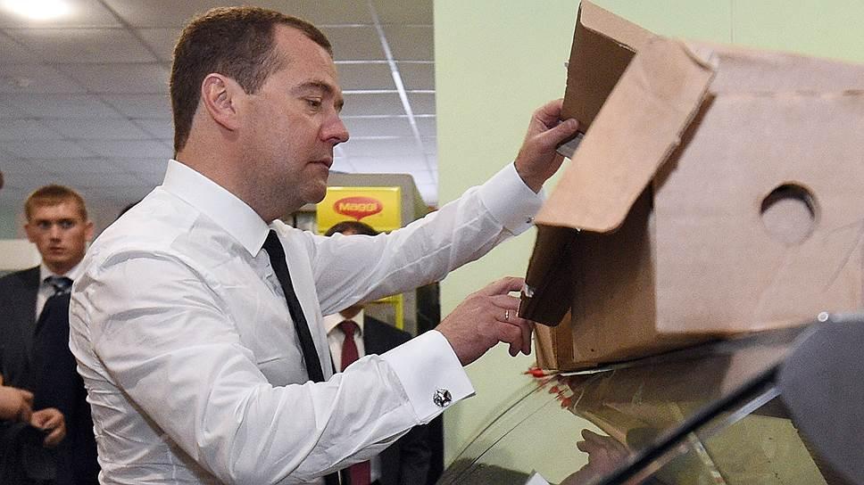 Глава правительства РФ Дмитрий Медведев увидел в российской рознице признаки диспропорции форматов торговли