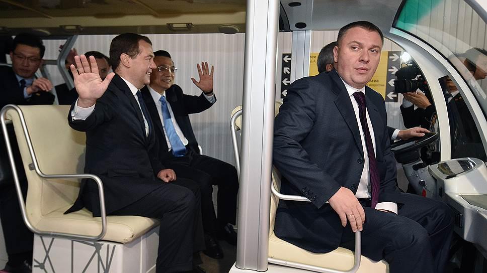 Премьер-министр РФ Дмитрий Медведев (второй слева) и премьер Госсовета КНР Ли Кэцян (третий слева) испытывают национальные проблемы в глобальном инновационном процессе