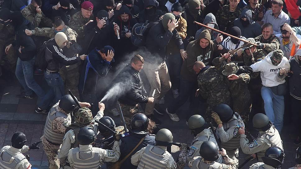В ходе столкновений у стен Верховной рады пострадали 15 милиционеров, более 20 протестующих были арестованы