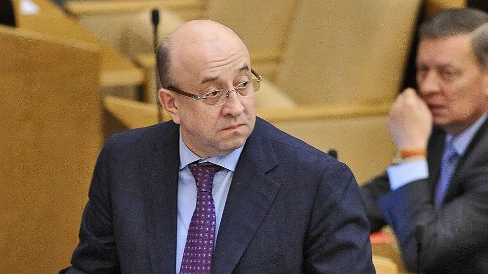 Владимир Плигин напомнил депутатам, что в борьбе с незаконной миграцией не следует противопоставлять россиян и тех, кто законно находится на территории России