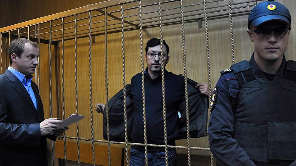Бывший лидер Движения против незаконной иммиграции (ДПНИ) Александр Поткин (Белов) (в центре), обвиняемый в легализации имущества, полученного преступным путем из казахстанского банка БТА
