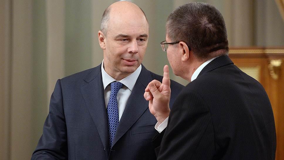 Главы Минэкономики Алексей Улюкаев (справа) и Минфина Антон Силуанов признали, что при сохранении нынешней цены на нефть в 2015 году экономика начнет сокращаться