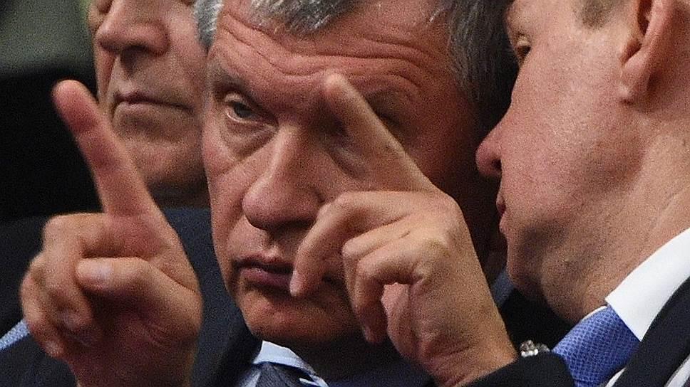 Ответ на санкции, предложенный главой «Роснефти» Игорем Сечиным (в центре), ставит под вопрос экспортную монополию «Газпрома»