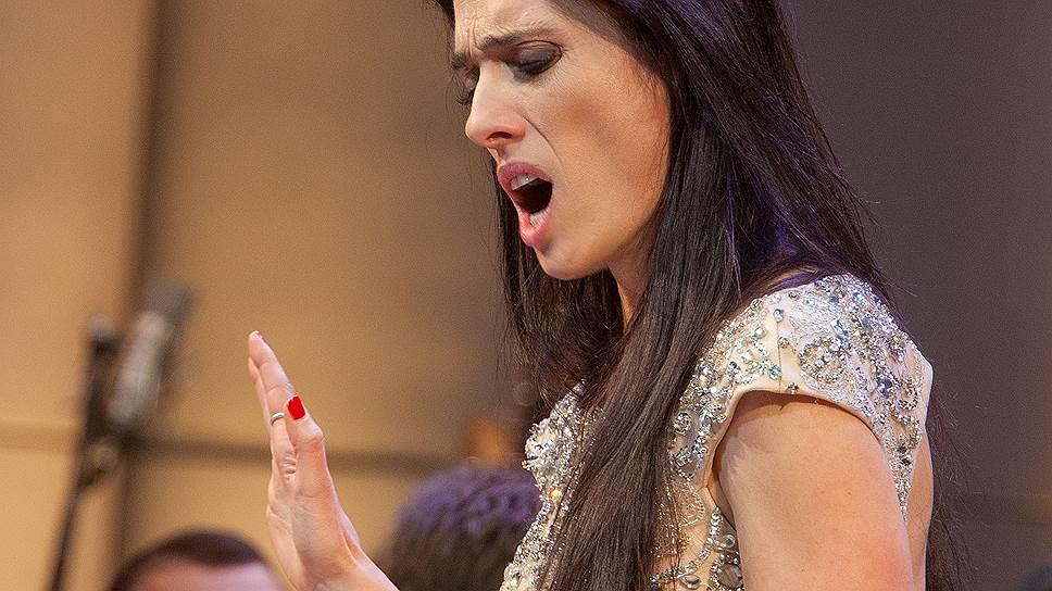Сопрано Эрмонелы Яхо — мощное, серебристой краски, со звоном, с могучими способностями в кантилене и суровостью в колоратурах