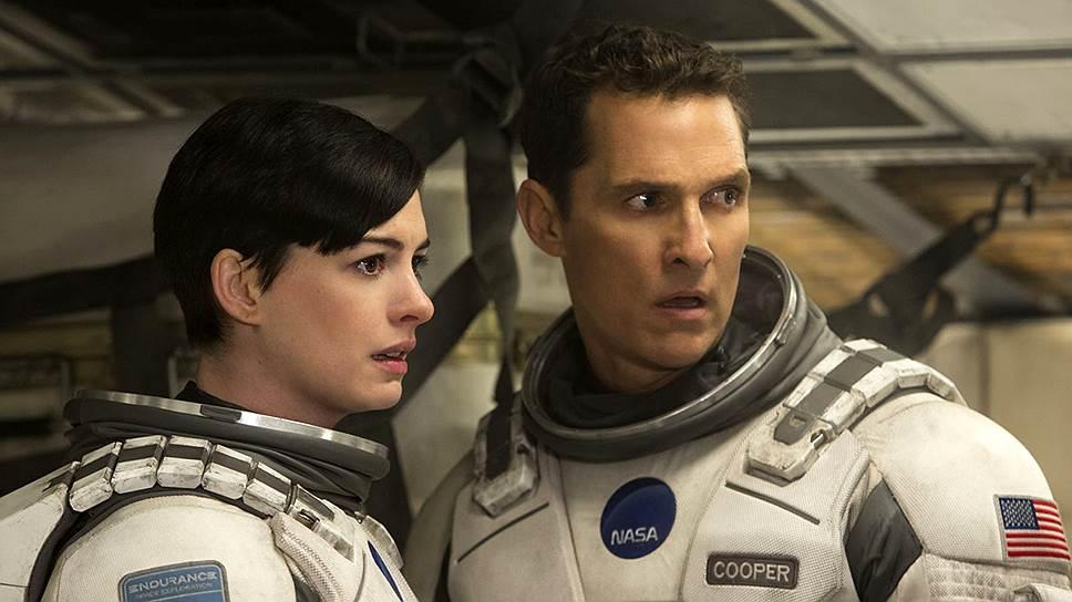 Чем дальше спасители человечества углубляются в космос, тем пафоснее становится игра Энн Хэтауэй и Мэттью Макконахи