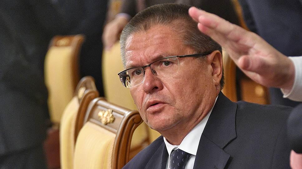 Против инфляционных предположений главы Минэкономики Алексея Улюкаева играет склонность населения России широко гулять на последние