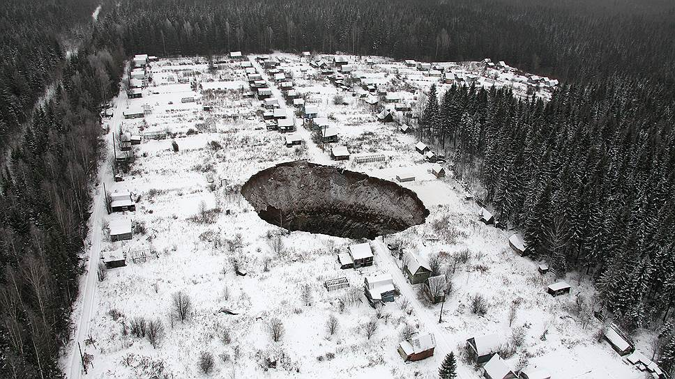 Провал почвы размером 20 на 30 метров в городе Соликамск Пермского края. Провал грунта произошел вскоре после подтопления шахты Соликамск-2