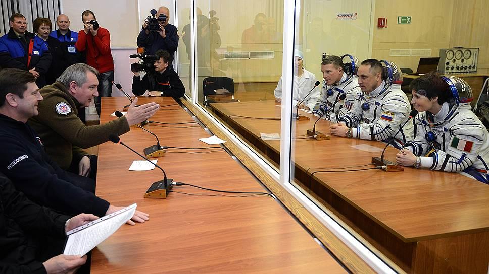 Дмитрий Рогозин (слева в центре) готов отправлять космонавтов на МКС, но только в качестве туристов
