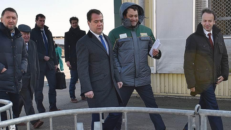 Владелец «Базэла» Олег Дерипаска (слева) на примере своей фермы показал премьеру Дмитрию Медведеву, какую пользу может принести господдержка