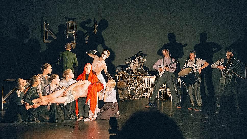 Не только люди, но и столы со стульями вовлечены в постановке петербургского режиссера Максима Диденко в текучий танец