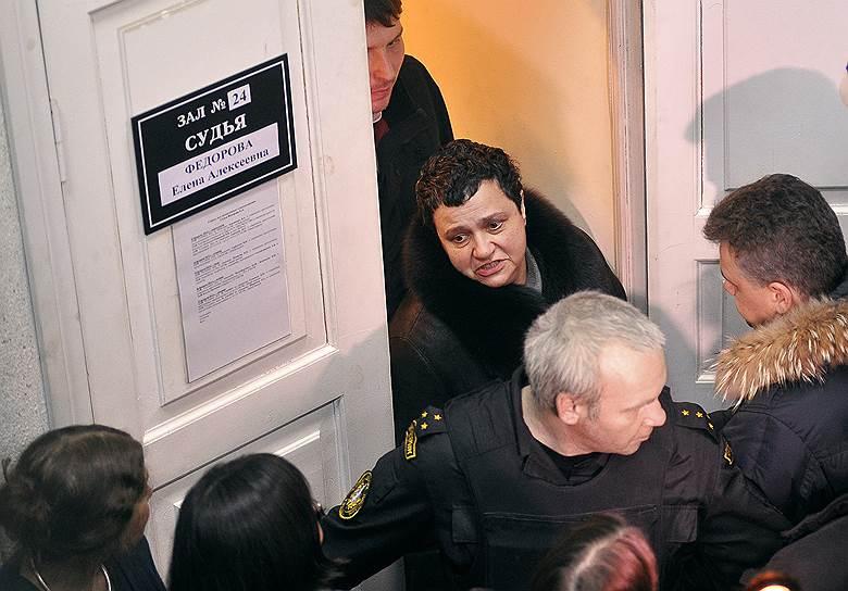 Елену Баснер (в центре) следствие считает участницей аферы с подделкой картины Бориса Григорьева