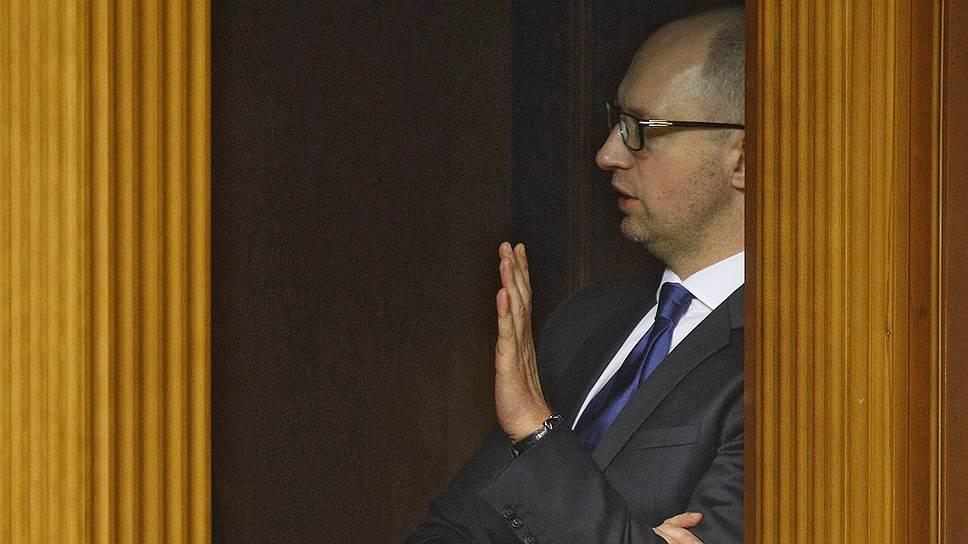 Премьер-министр Украины Арсений  Яценюк предложил депутатам Рады максимально дистанцироваться от России
