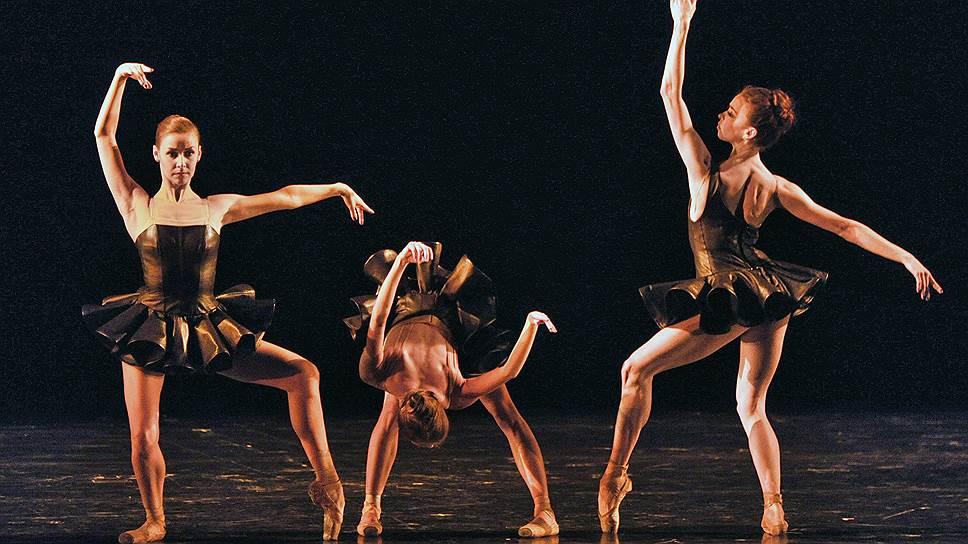 «Cinque» заставляет балерин буквально лезть из кожи своих пачек (слева направо: Кристина Кретова, Анастасия Сташкевич, Екатерина Крысанова)