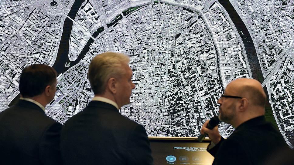 Архитектор Юрий Григорян (справа) показал столичному мэру Сергею Собянину (в центре) и вице-мэру Марату Хуснуллину (слева), как Москва-река может стать «позвоночником» города