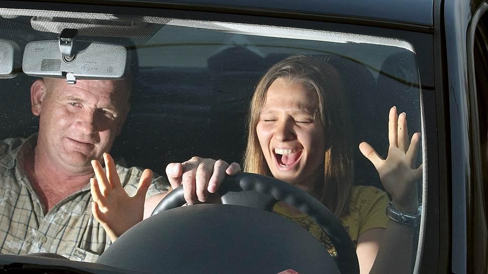 Сотни тысяч выпускников автошкол могут оказаться без водительских прав, предупредили в ГИБДД