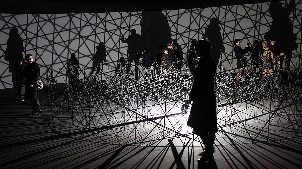 В фонде Louis Vuitton открылась выставка Олафура Элиассона «Контакт» — геометрический лабиринт с элементами комнаты смеха