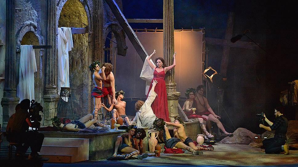 В постановке Тимофея Кулябина Генрих Тангейзер оказывается знаменитым кинорежиссером, который привозит на фестиваль свой новый фильм «Грот Венеры»