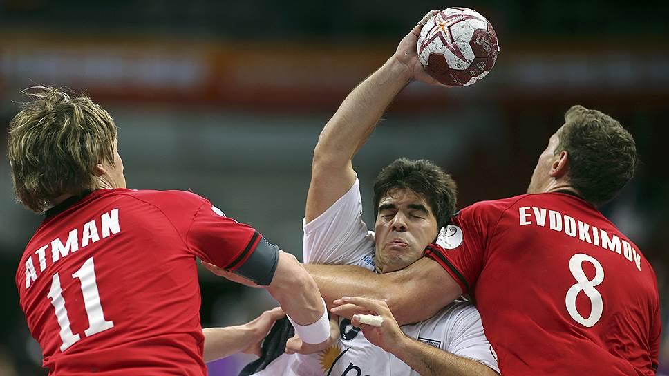 Гандболистам сборной России (в красной форме) не удалось справиться даже с невысоко котировавшимися аргентинцами