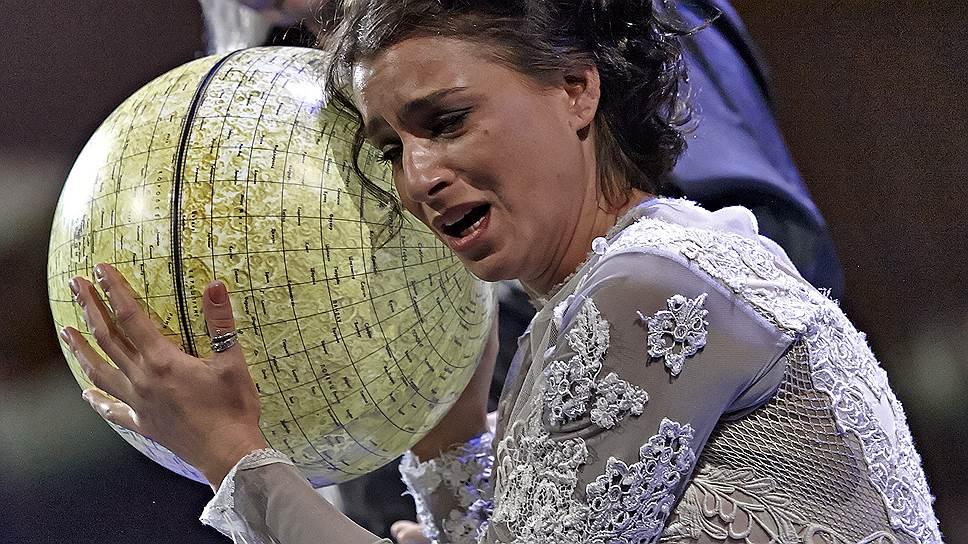 В «Демоне», поставленном Дмитрием Бертманом, глобус служит наглядным пособием по превращению прекрасной Тамары в «царицу мира»