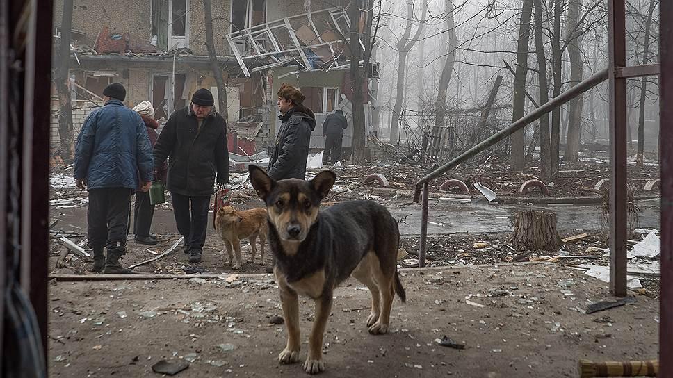 За несколько часов до наступления перемирия Донецк опять попал под обстрел. Жители надеются, что в последний раз