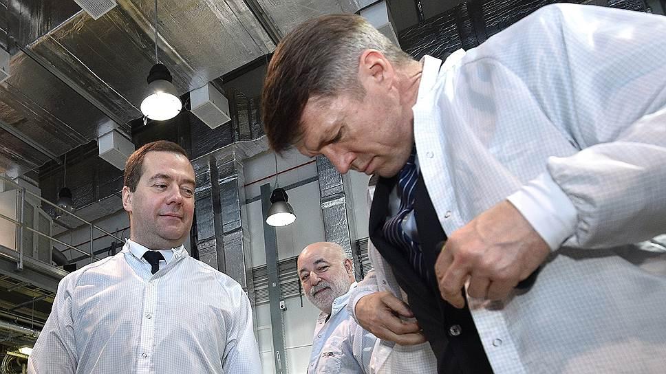 Премьер-министр Дмитрий Медведев (слева) и глава совета директоров «Реновы» Виктор Вексельберг (в центре) рассмотрели проблемы оборота продуктов интеллектуальной деятельности на производстве солнечных батарей в Новочебоксарске