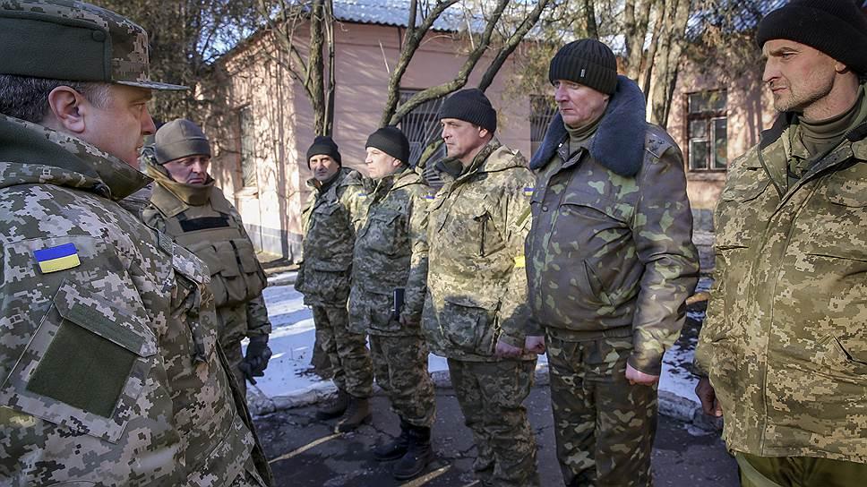 Президент Украины Петр Порошенко (слева) в пункте расположения бойцов из Дебальцево в Артемовске