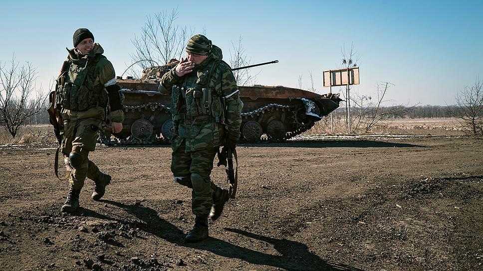 Сообщая об уходе из стратегического транспортного узла, украинский лидер по-прежнему придерживался официальной версии Киева, что «никакого котла в районе Дебальцево не было» и «украинские части вышли оттуда полностью с боевой техникой, танками, БМП, САУ, автомобильной техникой»