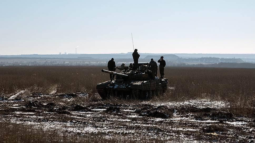 Появились первые признаки и того, что сдача Дебальцево может иметь далеко идущие внутриполитические последствия для Украины. В версию президента Порошенко о «плановом отступлении», судя по всему, мало кто верит даже в Киеве