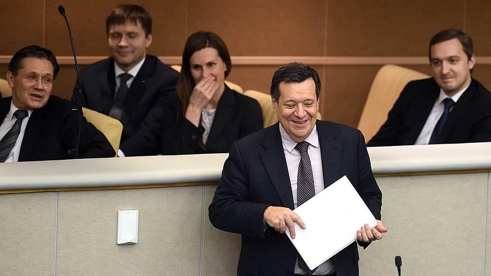 Председатель комитета Государственной думы России по бюджету и налогам Андрей Макаров (в центре)