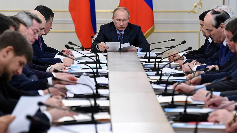Президент России Владимир Путин (в центре) во время заседания президиума Государственного совета России