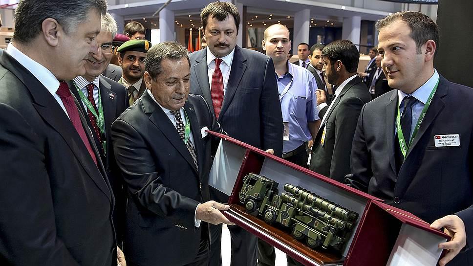 Петр Порошенко вел себя на оружейной выставке как настоящий покупатель на ярмарке: ходил, смотрел, приценивался