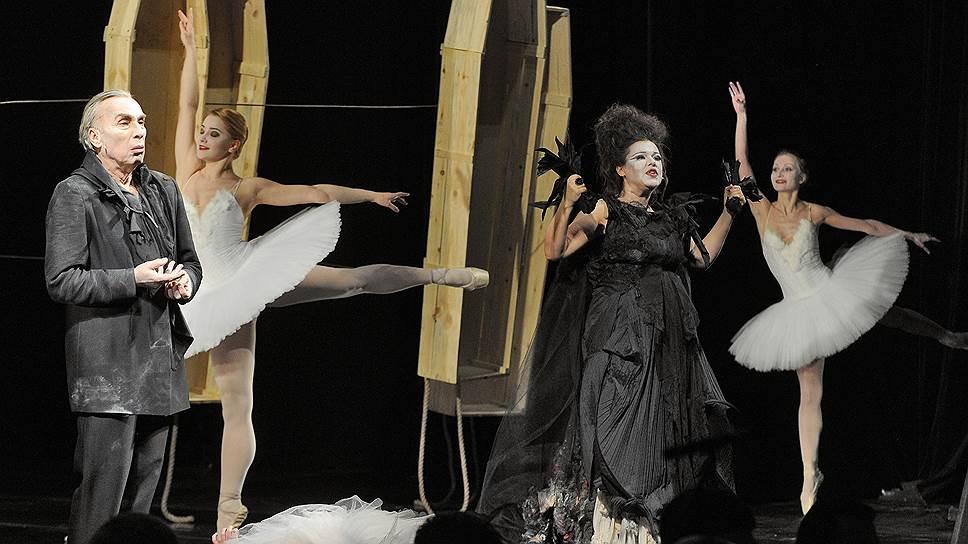 Созданный и несколько раз сыгранный в Перми спектакль на московских гастролях манифестирует новый театральный синтез искусств на месте оперы