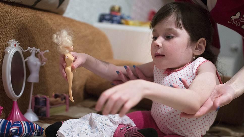 Марина любит принимать гостей и ездить в гости — мама возит ее в детской коляске. Девочке шесть лет, а весит она, как двухлетняя,— 11 килограммов