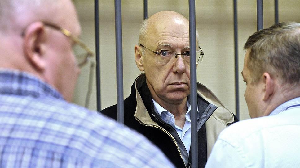 Бывший банкир Александр Гительсон, обвиняемый хищении со счетов этих банков около 2 млрд руб., принадлежавших правительству Ленинградской области, перед очередным судебным заседанием в Василеостровском районном суде