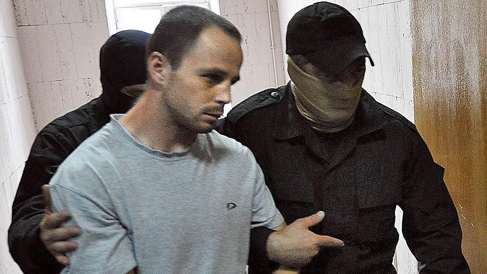 Подозреваемый в убийстве судьи Мосгорсуда Эдуарда Чувашова Вячеслав Исаев (в центре)