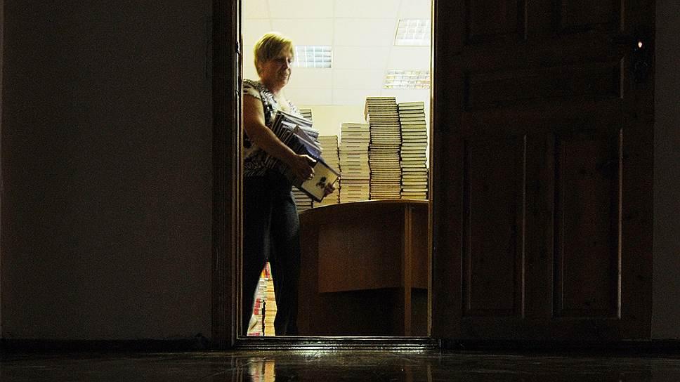 Чиновники выносят Сороса из избы-читальни