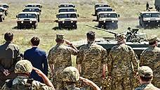 Президент Украины Петр Порошенко (третий справа во втором ряду — в ходе поездки в Николаевскую область) все чаще чувствует себя в роли верховного главнокомандующего