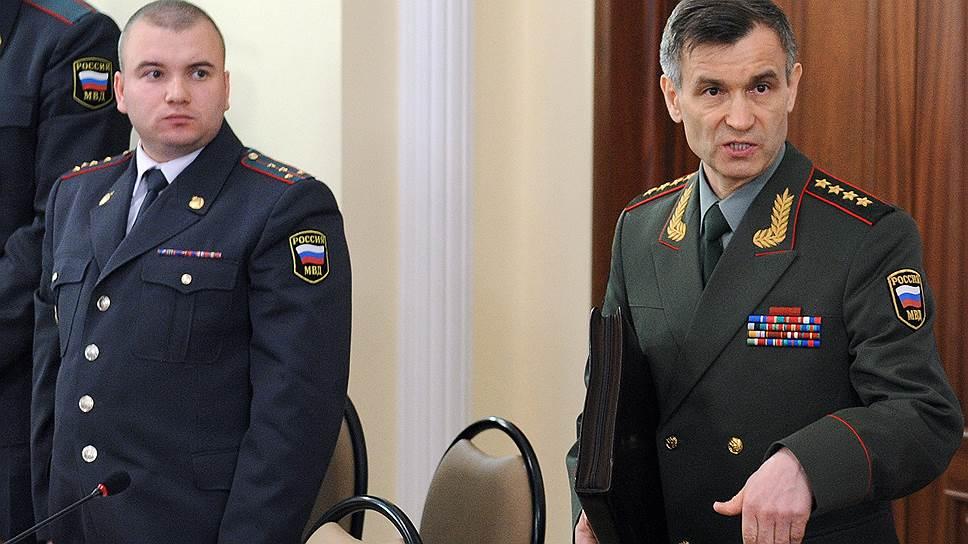 Экс-майор Федор Объедков до того, как был уволен за неоднократное нарушение служебной дисциплины, был в числе передовиков (на снимке с экс-главой МВД Рашидом Нургалиевым в 2011 году)