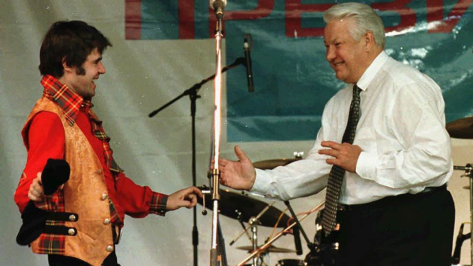 Певец Евгений Осин (слева) и первый президент России Борис Ельцин