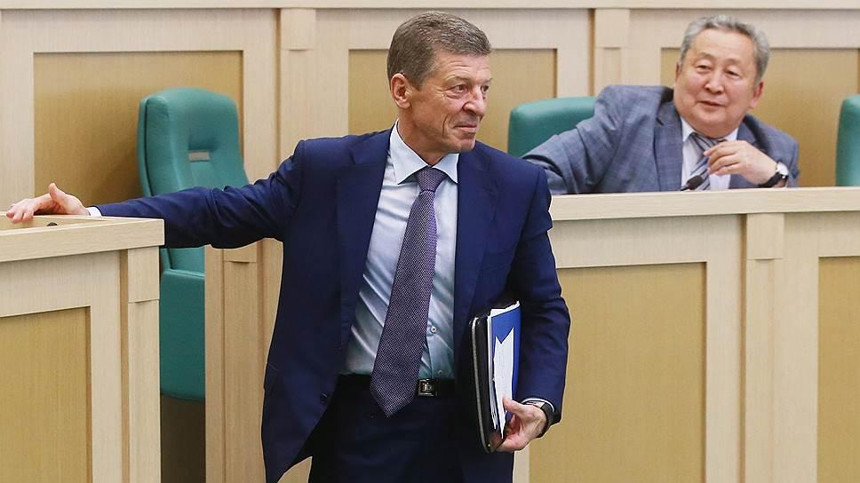 Слева направо: заместитель председателя правительства РФ Дмитрий Козак и член комитета Совета Федерации по науке, образованию и культуре Арнольд Тулохонов