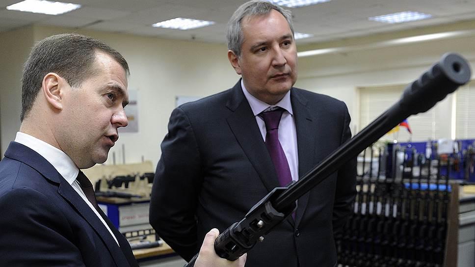 Председатель Правительства России Дмитрий Медведев и заместитель председателя правительства России Дмитрий Рогозин (справа)
