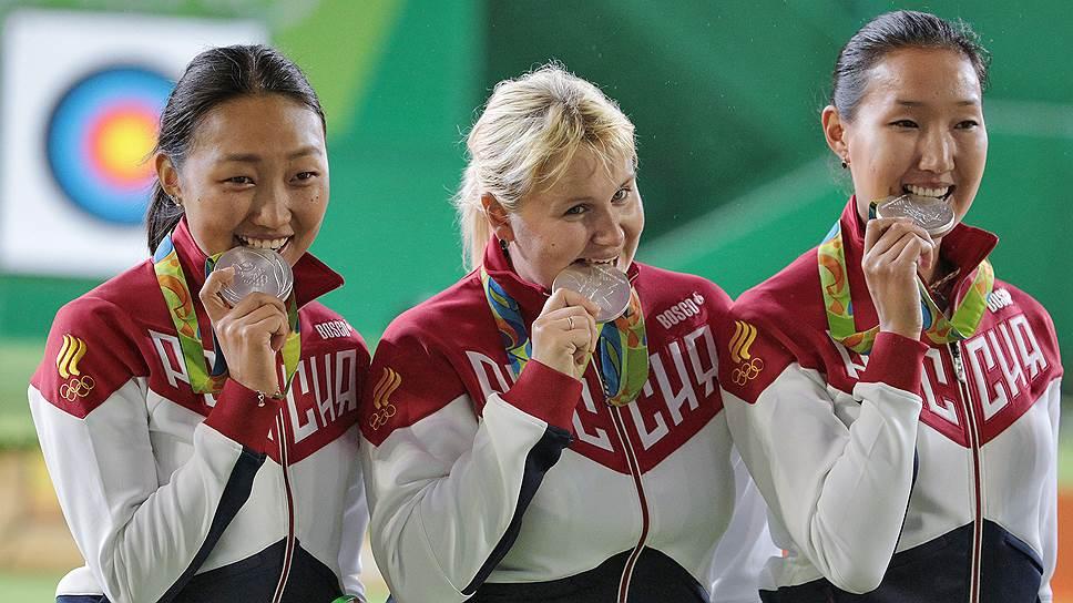 Слев направо: члены сборной России Туяна Дашидоржиева, Ксения Перова, Инна Степанова