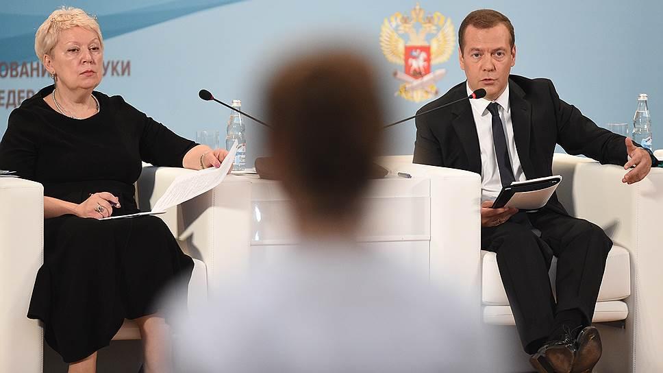 Как Дмитрий Медведев пообещал российским учителям позаботиться о престиже их профессии