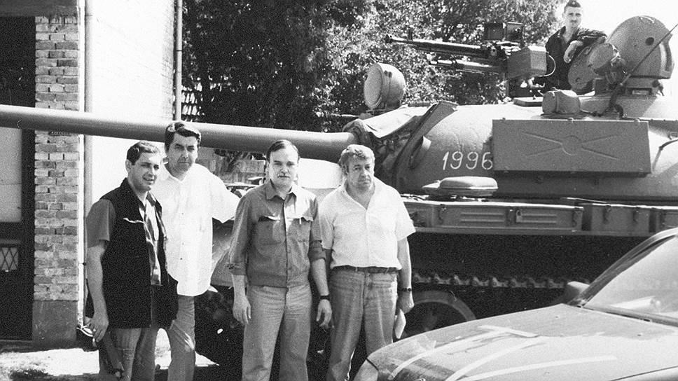 Виктор Ногин (второй слева) и Геннадий Куренной (первый слева) готовят очередной репортаж с югославской войны — незадолго до гибели. На переднем плане — тот самый «Опель», в котором их расстреляли