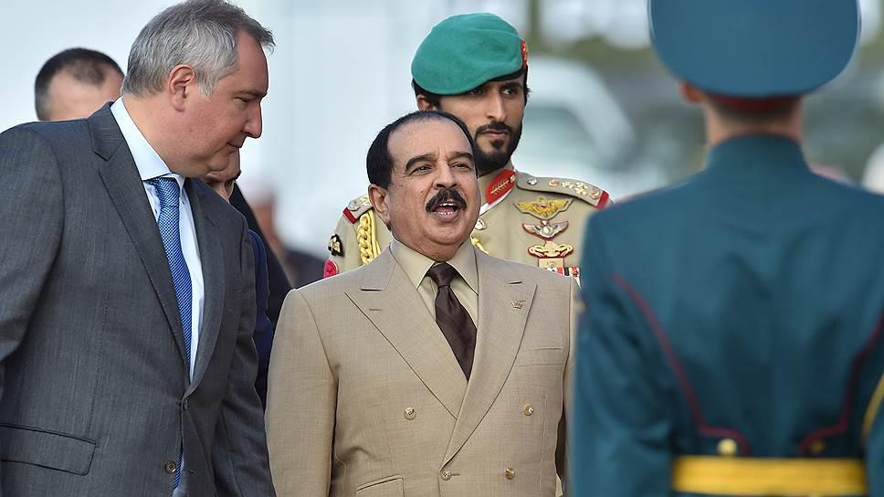 Заместитель председателя правительства России Дмитрий Рогозин (слева) и король Бахрейна Хамад бен Иса аль-Халифа